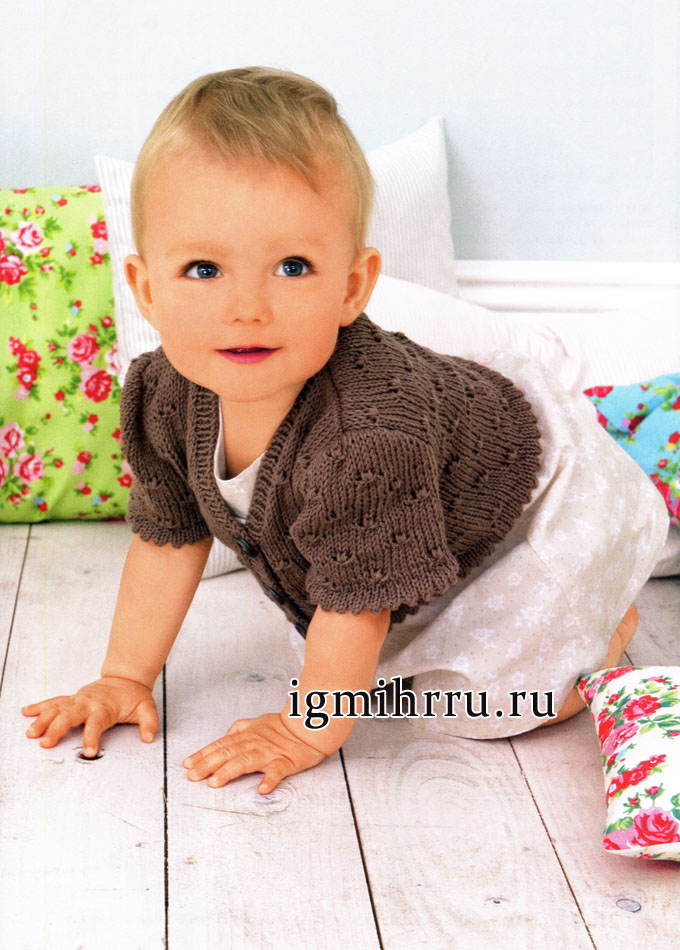Коричневый жакет с короткими рукавами для малютки. Вязание спицами