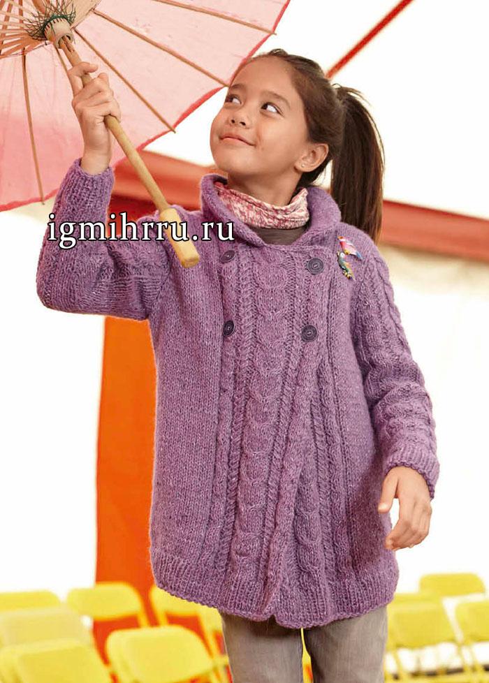Для девочки 5-11 лет. Сиреневый удлиненный жакет с узором из кос и двубортной застежкой. Вязание спицами