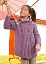 Для девочки 5-11 лет. Сиреневый удлиненный жакет с узором из кос и двубортной застежкой. Спицы