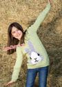 Для девочки 1,5-9 лет. Светло-зеленый пуловер с вывязанным зайчиком. Спицы