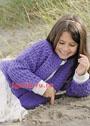 Для девочки 2-8 лет. Фиолетовый жакет с рельефным узором, связанный поперек. Крючок