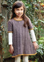 Для девочки 2-8 лет. Коричневое платье с контрастной отделкой и ажурными дорожками. Спицы