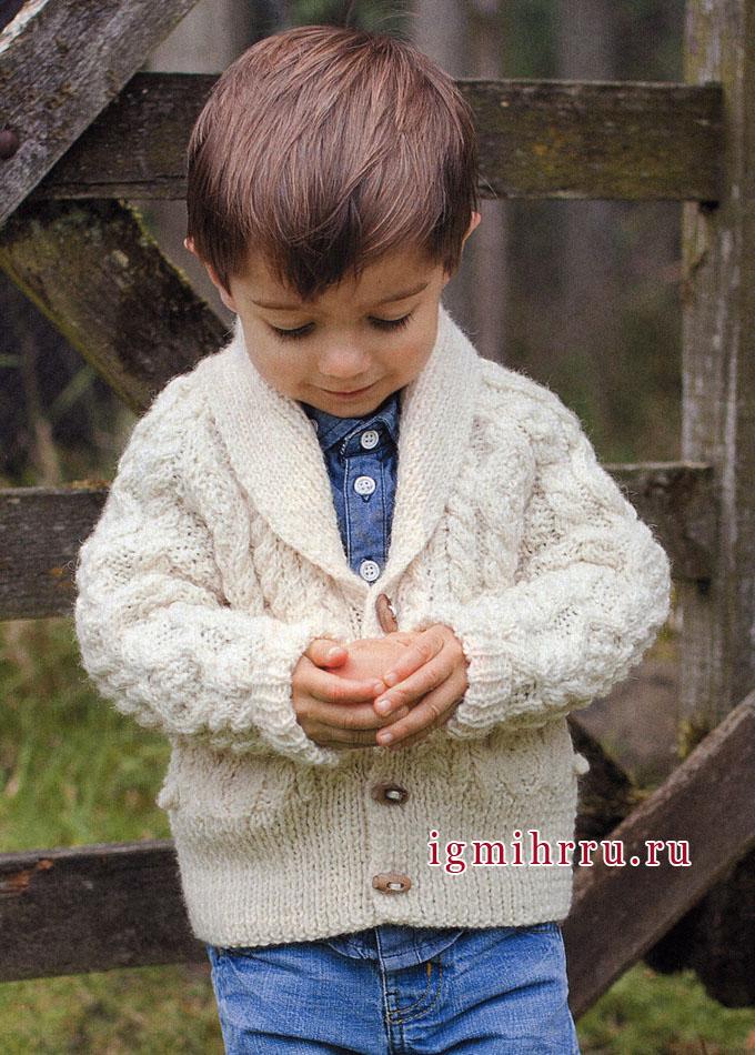 Утепляем маленьких мужчин! Белый кардиган с рельефными узорами на мальчика 3-12 лет, от финских дизайнеров. Спицы