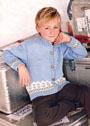 Для мальчика 3-9 лет. Легкий жакет с жаккардовыми бордюрами. Спицы