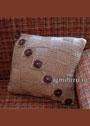 Бежевая подушка с большими пуговицами. Спицы