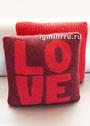 Чехол для подушки с вывязанным словом Love. Спицы