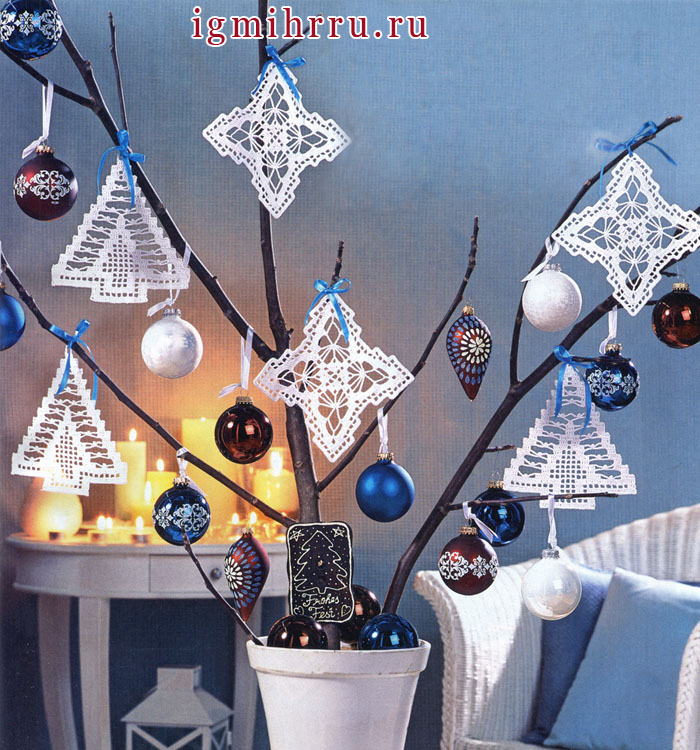 К зимним праздникам! Белые подвески: елочки и звездочки. Крючок