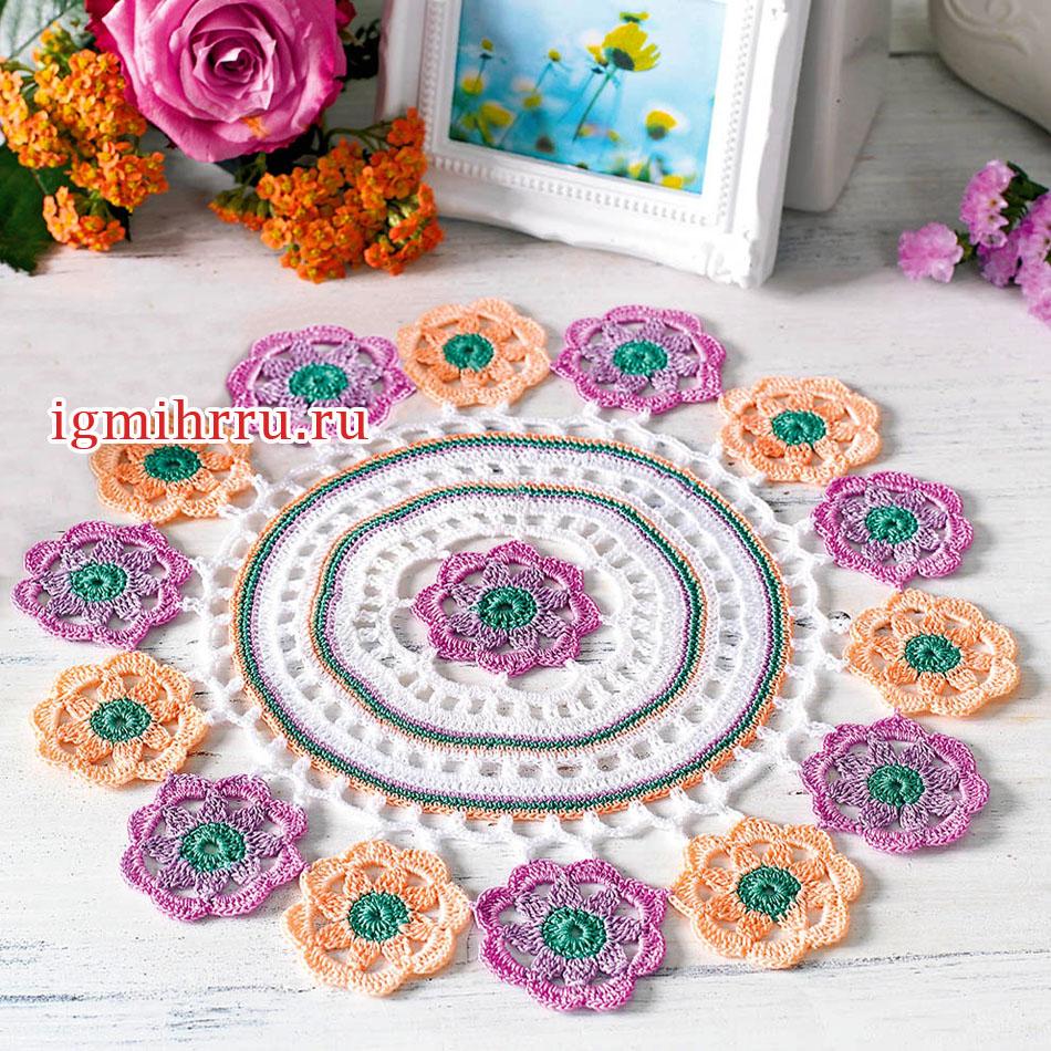 Круглая салфетка с разноцветными цветочными мотивами. Вязание крючком