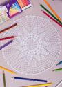 Белая салфетка с 10-тиугольным ажурным мотивом по центру. Крючок