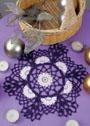 Фиолетовая салфетка с белыми цветочными мотивами. Крючок