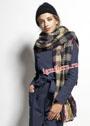Осенне-зимний комплект: шарф в клетку и черная шапочка. Крючок и спицы