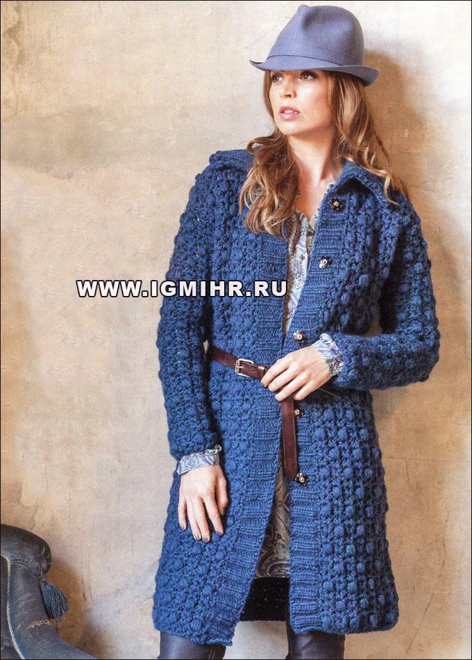 Теплое пальто синего цвета.