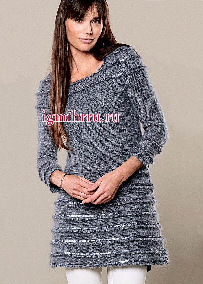Серебристо-серое платье А-образного силуэта с оборками, украшенными тесьмой с пайетками. Вязание крючком