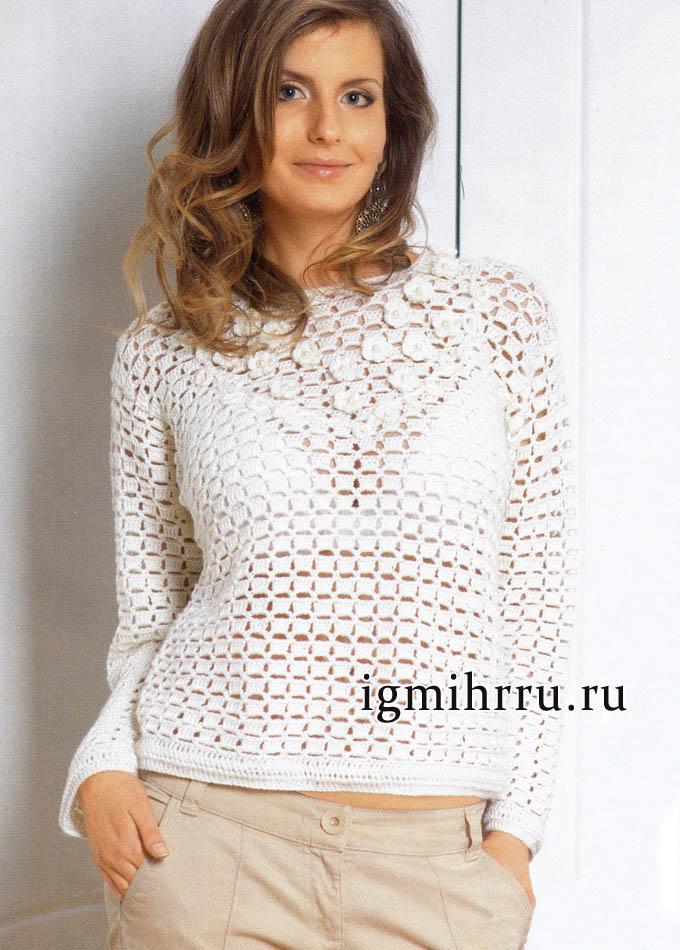 Женственный белый джемпер, украшенный вязаными цветками. Вязание крючком
