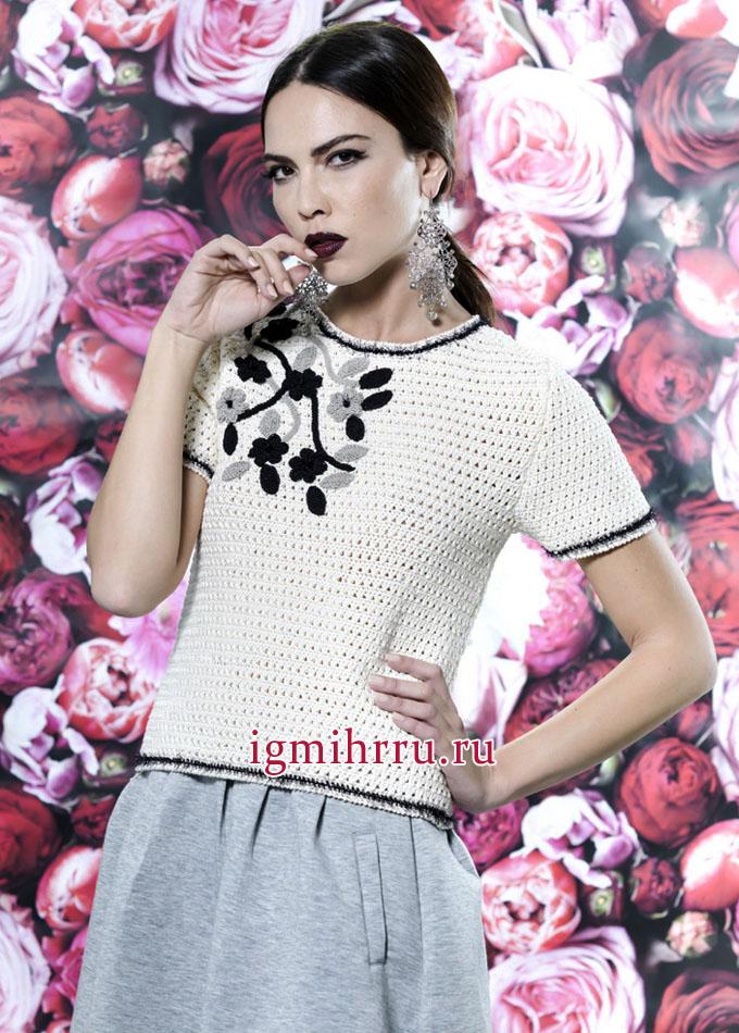 Женственный белый пуловер, украшенный цветами, от французских дизайнеров. Вязание спицами