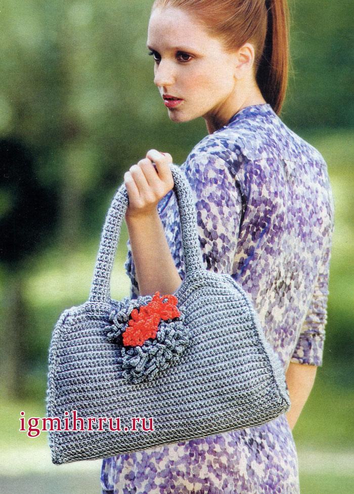 Серая дамская сумка, украшенная цветками. Вязание крючком