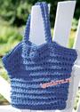 Синяя сумка на пуговице, связанная толстым крючком. Крючок