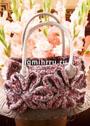 Красно-серая сумка, украшенная большими вязаными цветками. Крючок