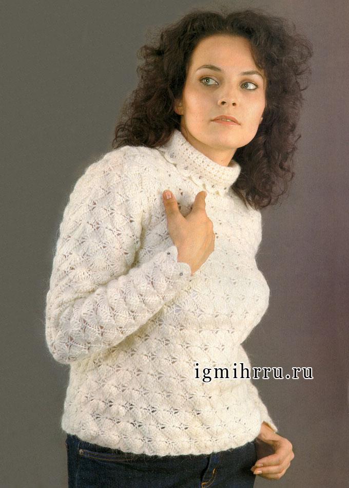 Мягкий пушистый свитер белого цвета. Крючок