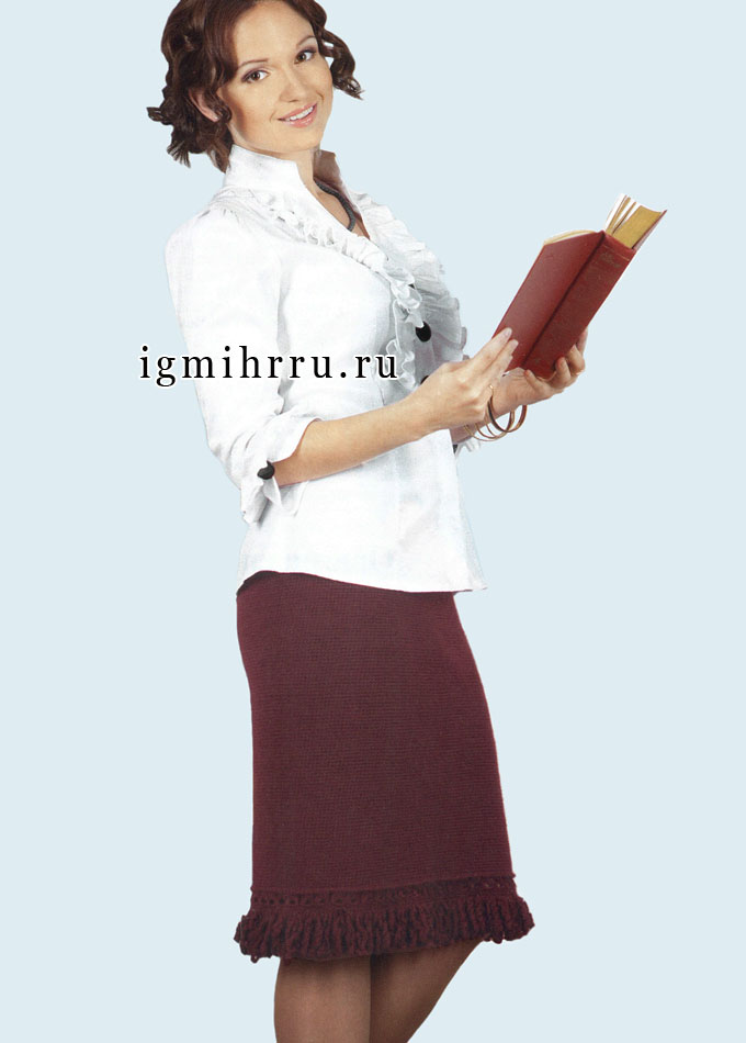 На каждый день. Прямая бордовая юбка, отделанная бахромой. Крючок