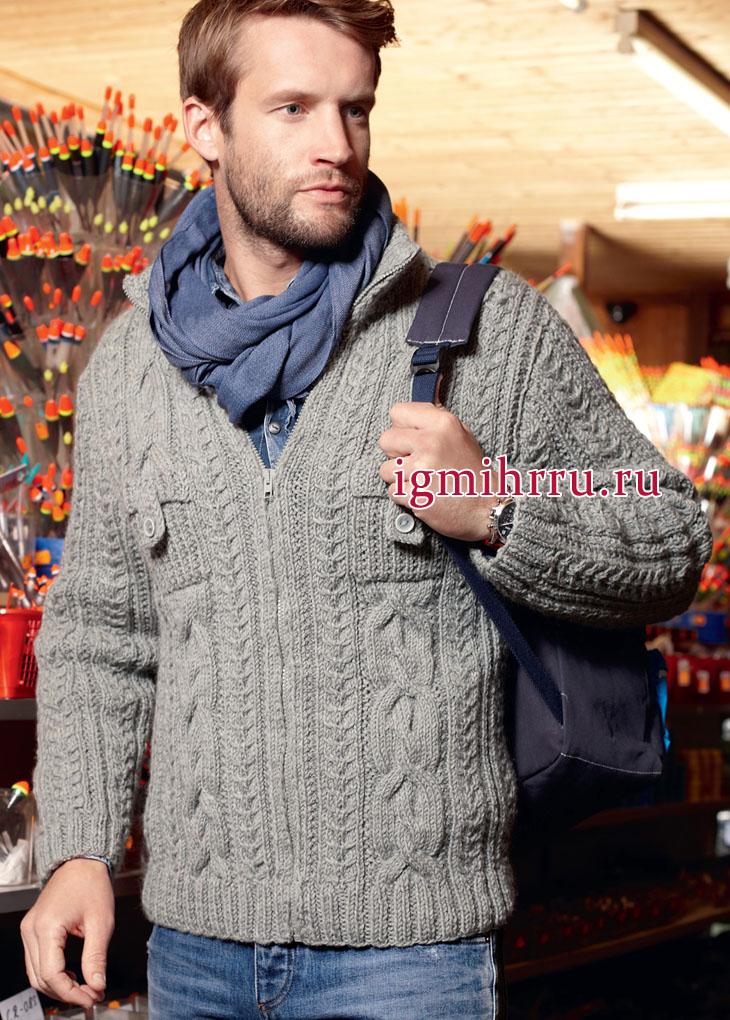 Мужской серый жакет с миксом узоров из кос, застежкой-молнией и нагрудными карманами. Вязание спицами