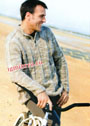 Бежево-коричневый мужской пуловер с воротником-поло. Спицы