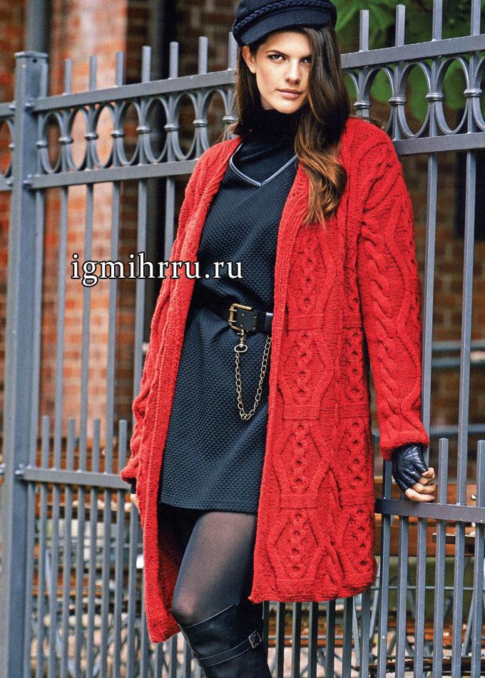Мода Plus! Красное пальто с узором из кос и ромбов. Вязание спицами