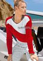Красно-белый пуловер, связанный резинкой в разных направлениях. Спицы