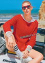 Красный пуловер, связанный сетчатым узором, с карманом-кенгуру. Спицы