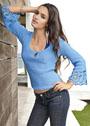 Летний голубой пуловер с кружевными краями рукавов. Спицы