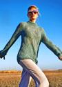 Мягкий пуловер цвета мяты с крупным ажурным узором. Спицы