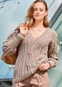 Приталенный пуловер с центральной косой и структурными узорами. Спицы