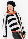 Черно-белый пуловер с полосами разных направлений. Спицы