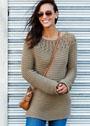 Связанный поперек пуловер с круглой кокеткой. Спицы
