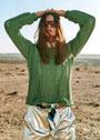 Зеленый узорчатый пуловер, связанный поперек. Спицы