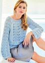 Голубой пуловер с полосами ажурного узора. Спицы