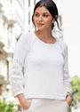 Белый пуловер с сетчатой отделкой на рукавах. Спицы