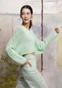 Короткий пуловер с широким лифом типа летучая мышь. Спицы