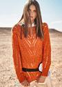 Оранжевый пуловер с V-образным рисунком из кос и ажурного узора. Спицы