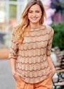 Трехцветный полосатый пуловер с волнистым узором. Спицы