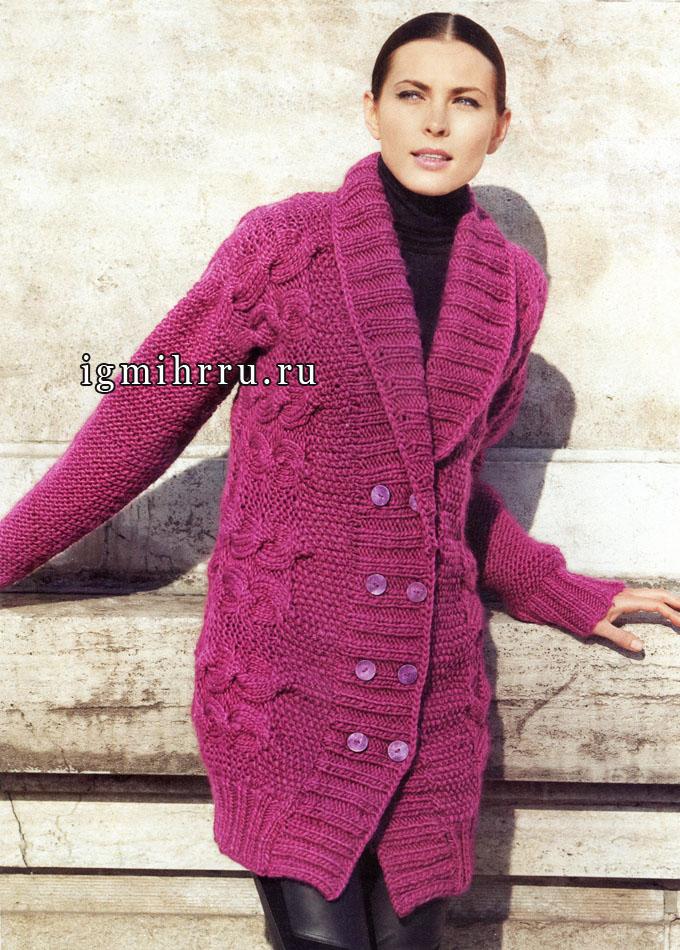 Теплый удлиненный жакет розового цвета, связанный поперек единым полотном. Вязание спицами