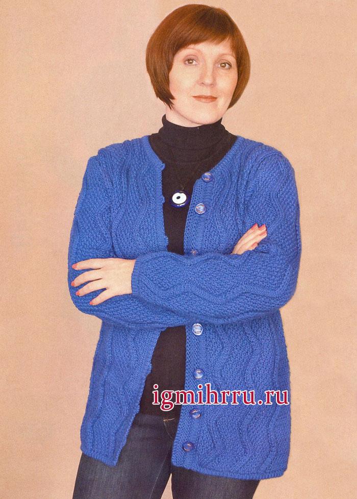 Жакет василькового цвета с вертикальными зигзагообразными узорами. Вязание спицами