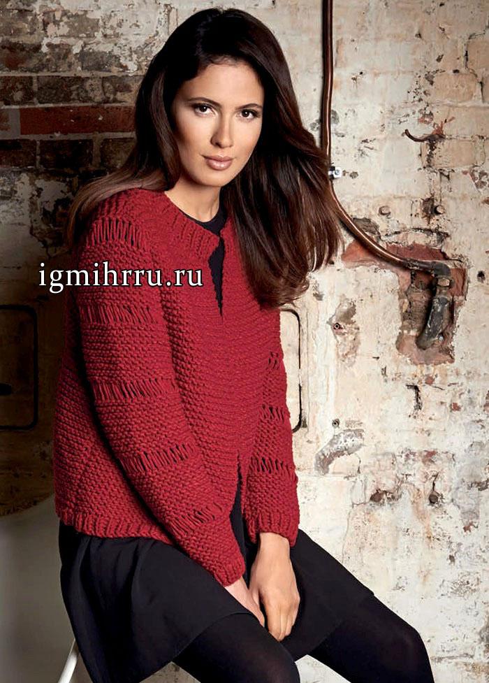 Жакет насыщенного красного цвета, со спущенными петлями. Вязание спицами