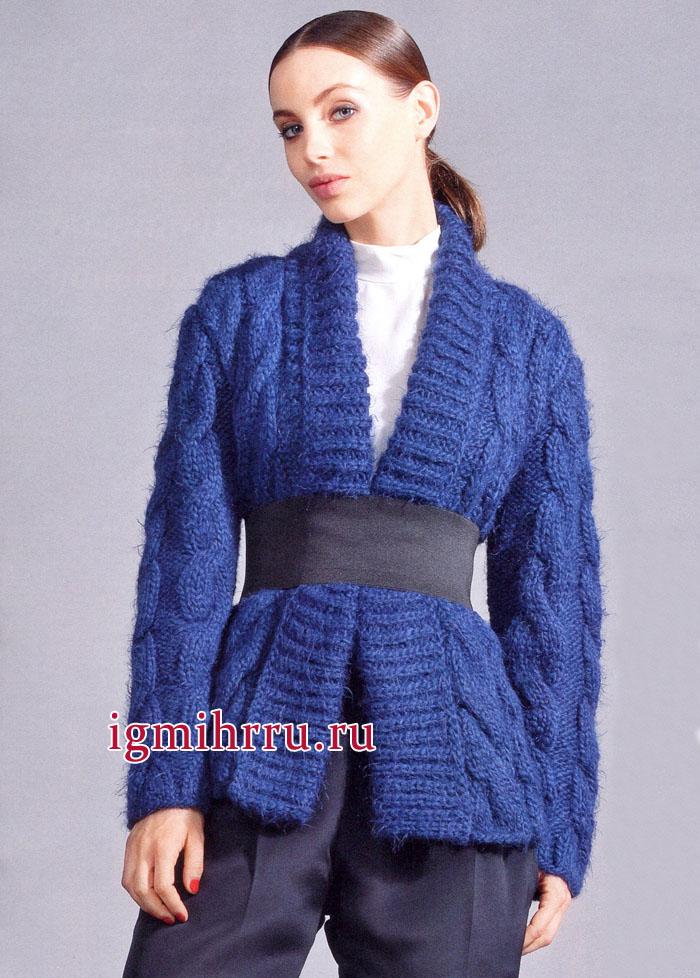 Синий жакет с узорами из крупных кос и широкими планками. Вязание спицами