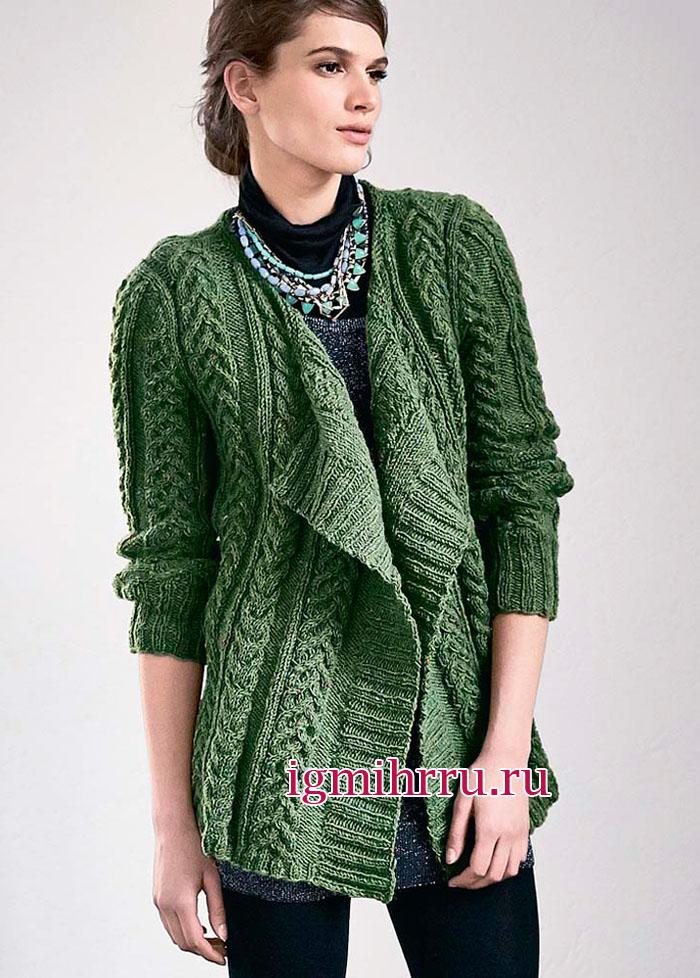 Стильный зеленый кардиган с рельефными узорами из кос. Вязание спицами