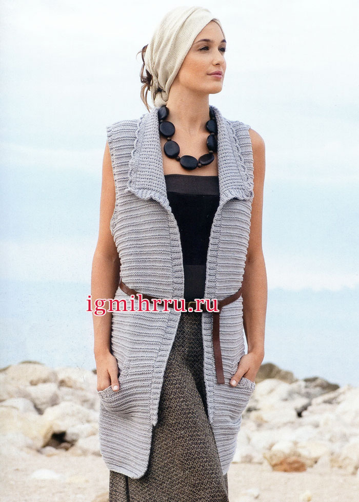 Удлиненный серый кардиган с рельефными полосами и красивой обвязкой воротника. Вязание спицами
