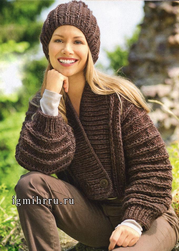 Практичный коричневый комплект: жакет и шапочка с рельефными узорами. Спицы