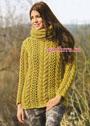 Теплый пуловер горчичного цвета с ажурным узором из кос, дополненный шарфом-петлей. Спицы