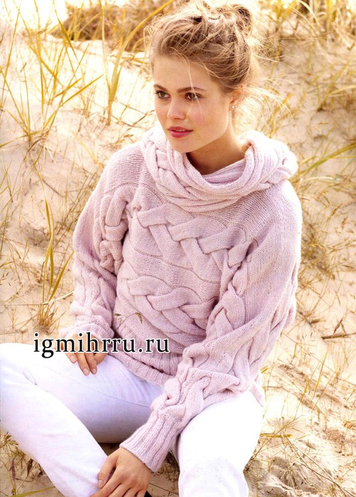 Теплый мягкий пуловер розового цвета с крупными косами, связанный в поперечном направлении и дополненный снудом. Вязание спицами