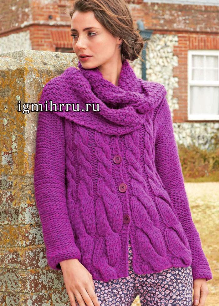 Комплект насыщенного цвета цикламена: жакет с косами, дополненный шарфом-хомутом. Вязание спицами